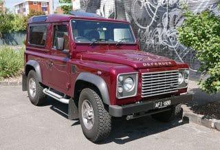 Photographie d'une Land Rover Defender de 2015. Image illustrant un article rédigé par Adesa sur les SUV d'occasion pas cher.