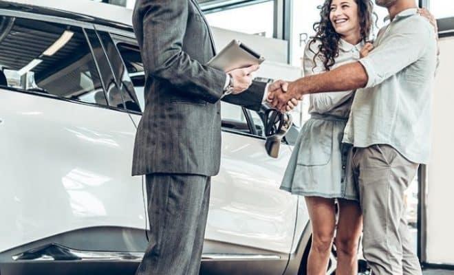 Un couple et un mandataire automobile